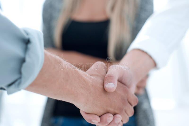 Конец-вверх деловых партнеров тряся руки в встрече стоковые изображения rf