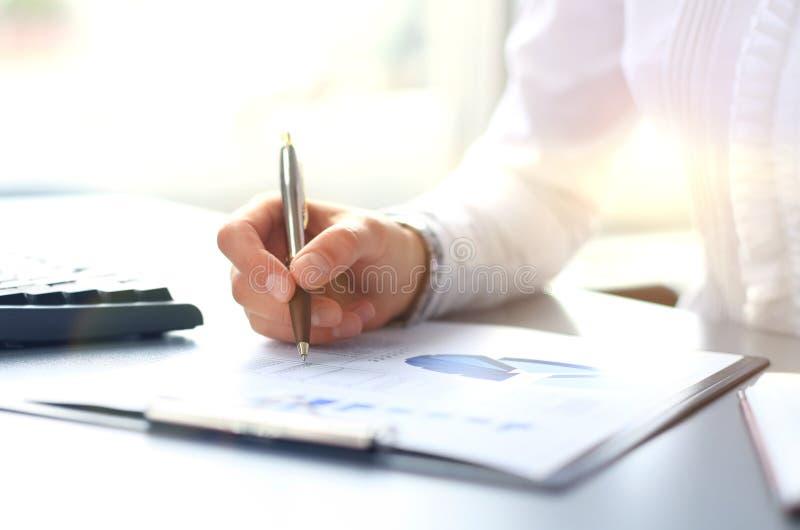 Конец-вверх диаграмм и диаграмм проанализированных бизнесменом стоковое изображение