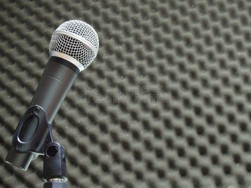 Конец-вверх динамического вокального микрофона Запачканная предпосылка акустической пены стоковые изображения rf