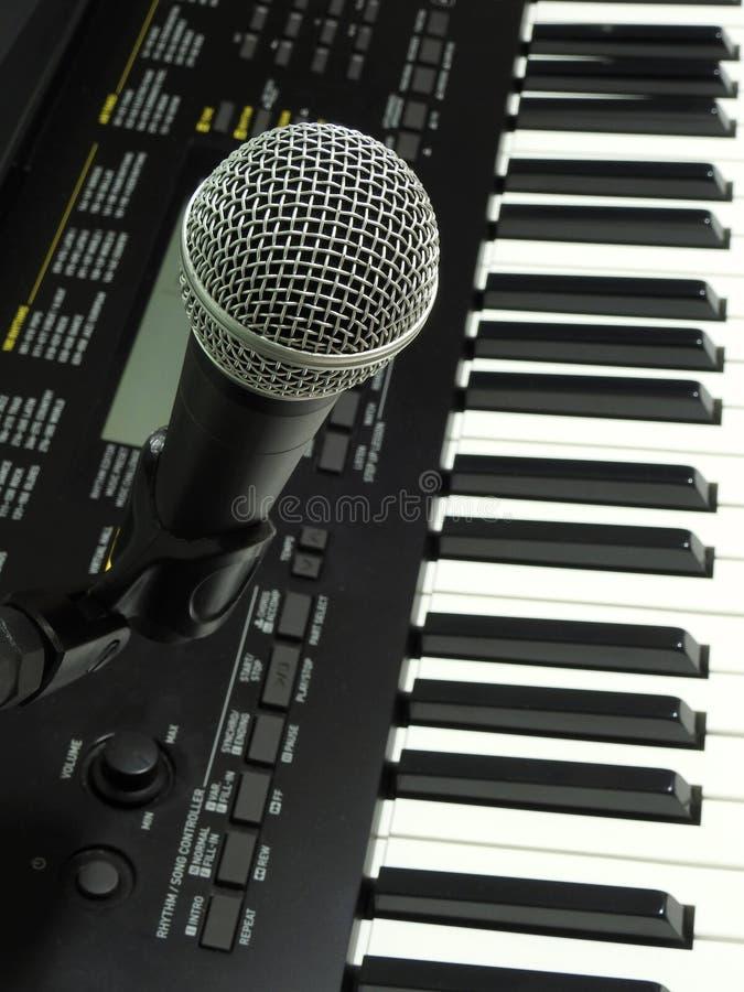 Конец-вверх динамического вокального микрофона и цифровой клавиатуры стоковое изображение