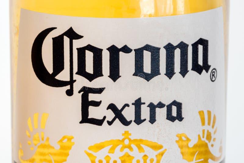 Конец-вверх для логотипа короны дополнительного на бутылке Экстра кор стоковые фото