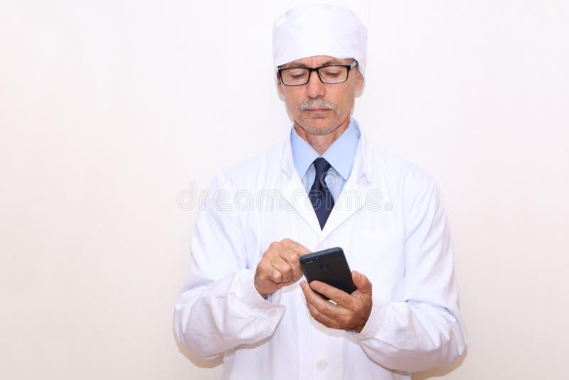 Конец-вверх - доктор вызывает по телефону стоковая фотография