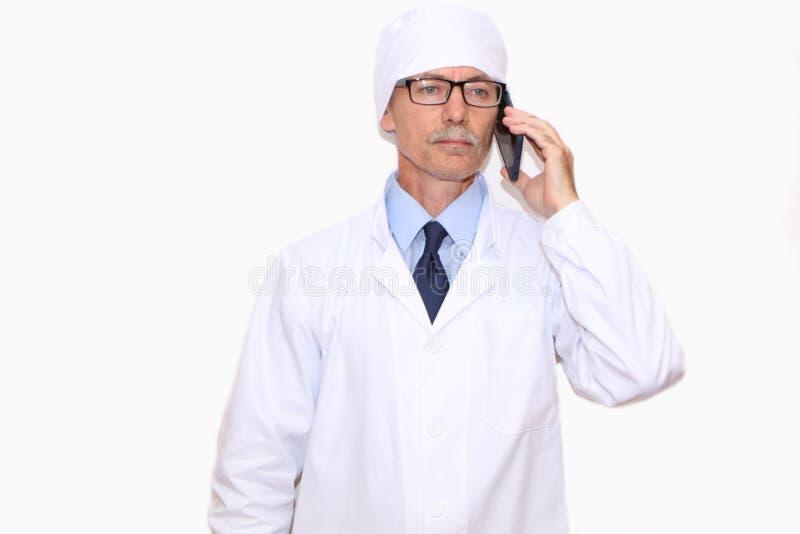 Конец-вверх - доктор вызывает по телефону стоковые фотографии rf