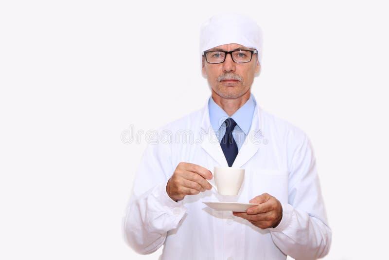 Конец-вверх - доктор держит в его руке чашку кофе стоковая фотография