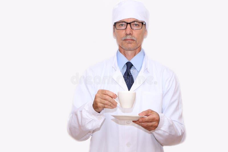 Конец-вверх - доктор держит в его руке чашку кофе стоковые изображения