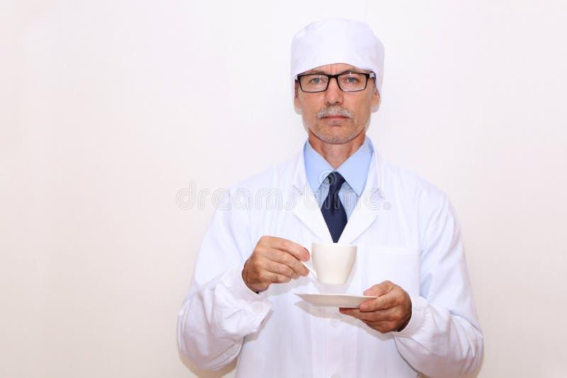 Конец-вверх - доктор держит в его руке чашку кофе стоковые изображения rf