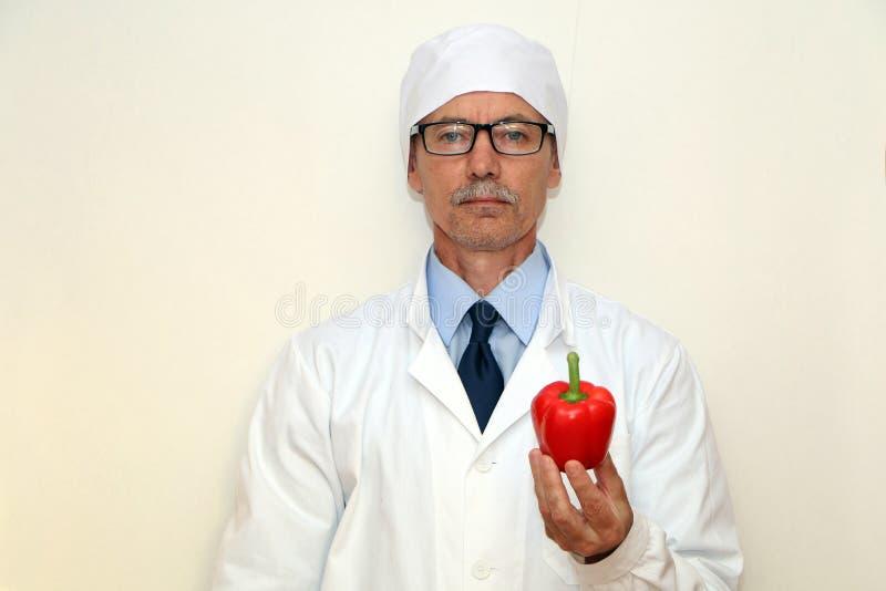 Конец-вверх - доктор держит овощи и плоды стоковые изображения