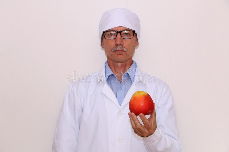 Конец-вверх - доктор держит овощи и плоды стоковое фото rf