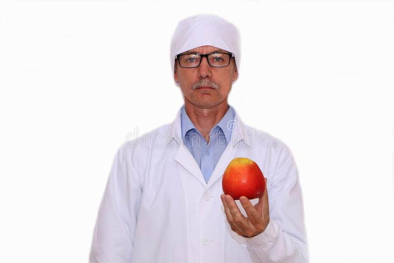 Конец-вверх - доктор держит овощи и плоды стоковые фото