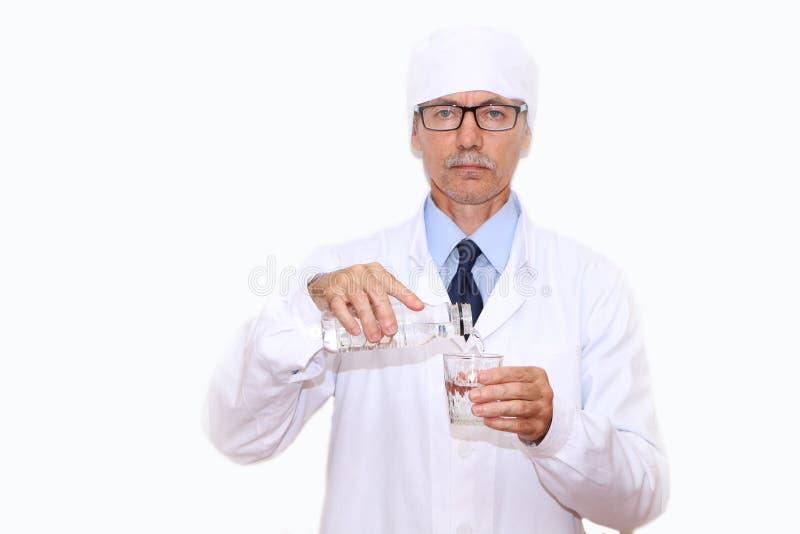 Конец-вверх - доктор льет минеральную воду в стекло стоковые фотографии rf
