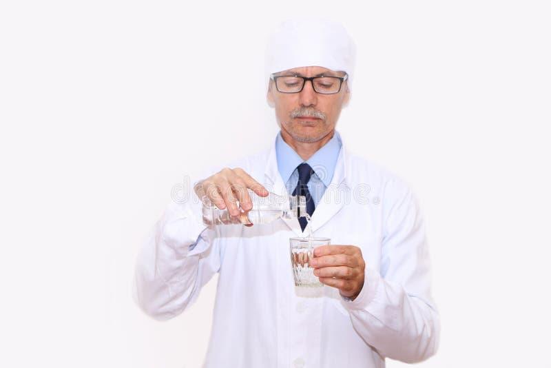 Конец-вверх - доктор льет минеральную воду в стекло стоковое изображение rf