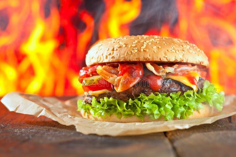 Конец-вверх домашних сделанных бургеров с огнем пылает стоковые фотографии rf