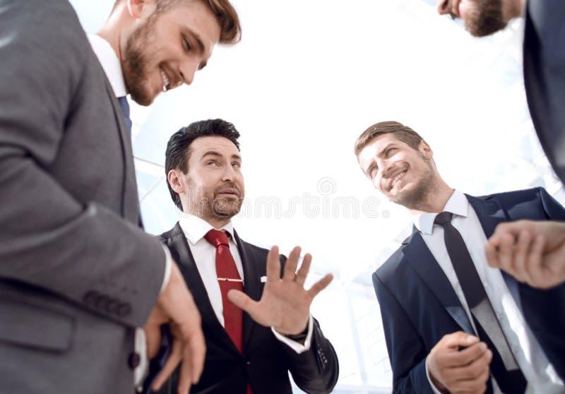 конец вверх дружелюбная команда дела обсуждая новые идеи стоковые изображения rf