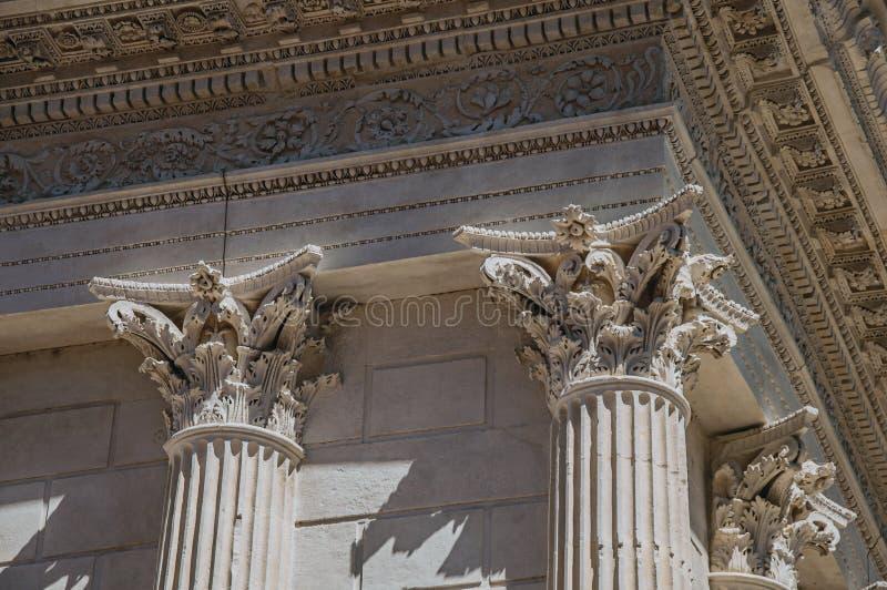 Конец-вверх декоративных столицы и фриза на столбцах ` s Maison Carrée, старого римского виска, в Nimes стоковое фото rf
