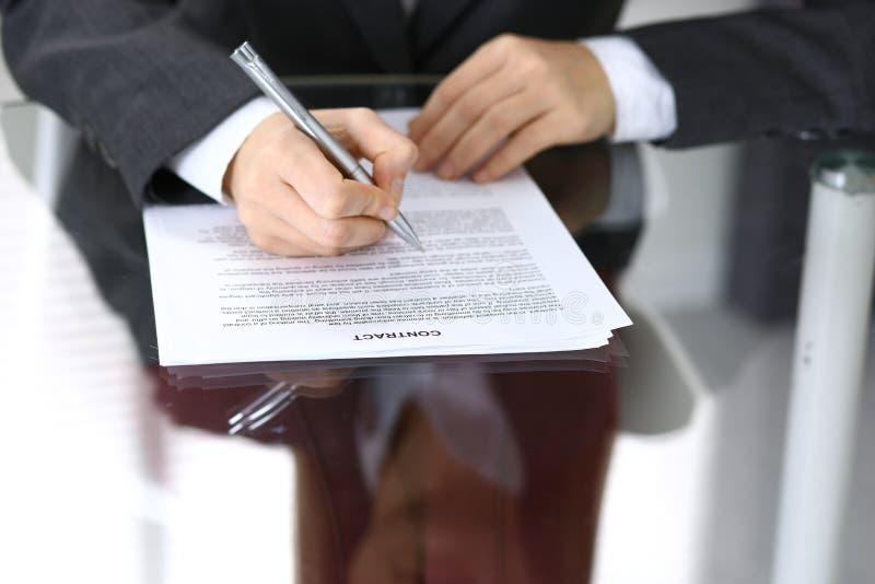 Конец-вверх женских рук с ручкой над документом, концепцией дела стоковое фото