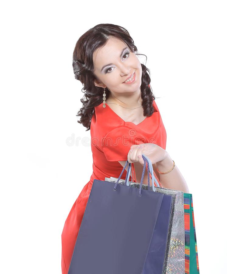 конец вверх Женщина покупок держа сумки изолированный на белой предпосылке студии стоковая фотография rf