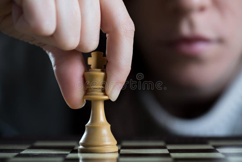 Конец-Вверх женщины играя шахмат стоковая фотография rf