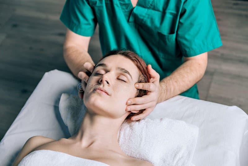 Конец-вверх женщины получая процедуры спа стоковые фото