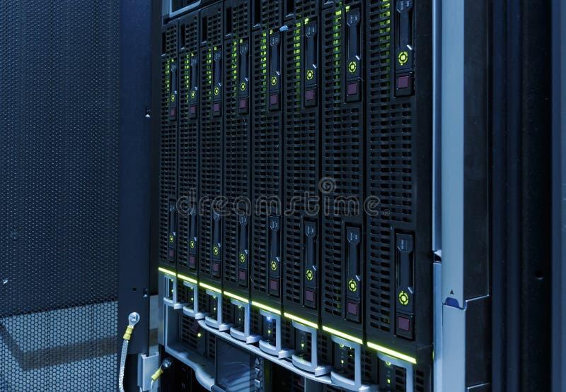 Конец-вверх жестких дисков в современном центре данных Голубой тон стоковая фотография