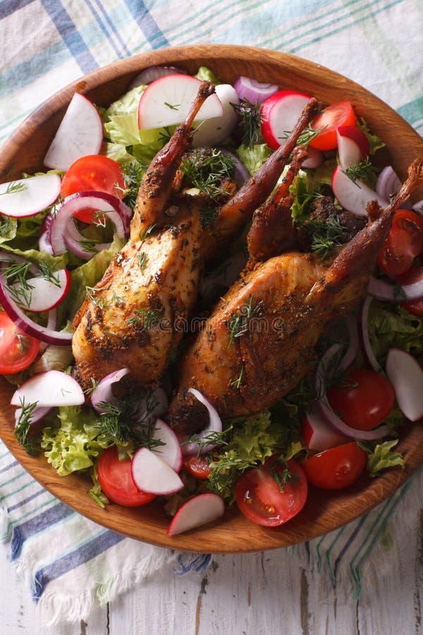 Конец-вверх зажаренных в духовке триперсток и свежих овощей Вертикальное взгляд сверху стоковая фотография rf