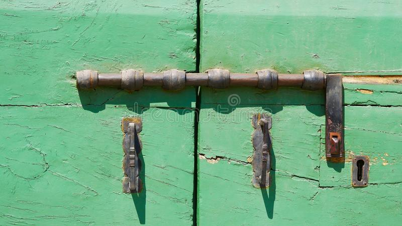 Конец-вверх замка старой зеленой двери стоковые фотографии rf