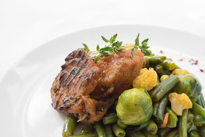 Конец-вверх здорового блюда питания Свежая ежедневная поставка ед овощ в коробках ремесла стоковые фото