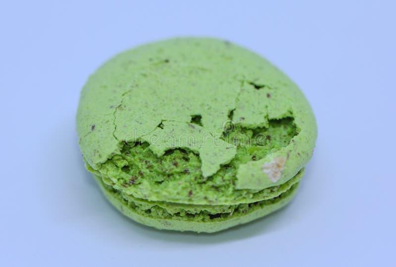 Конец вверх зеленого macaron с сломленной покрытой коркой раковиной стоковая фотография