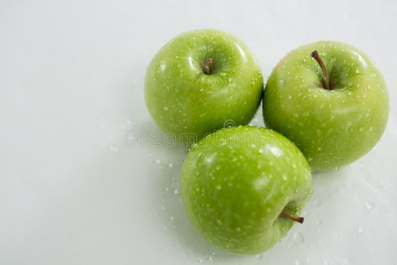 Конец-вверх зеленых яблок с капельками воды стоковое изображение