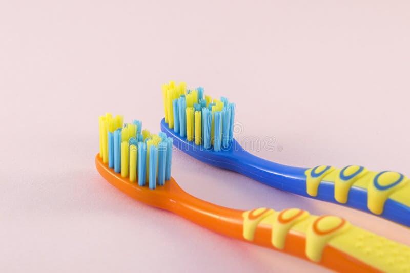 Конец-вверх зубных щеток младенца на предпосылке цвета стоковое фото