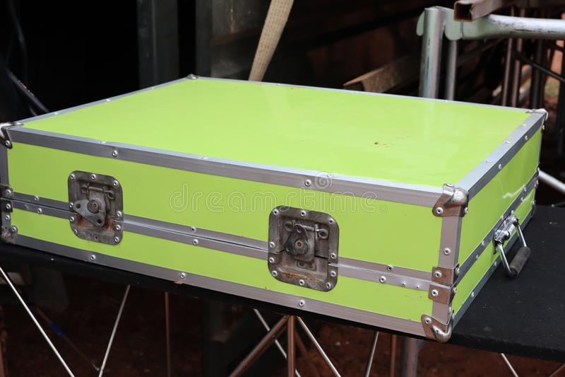 Конец-вверх, изолированные объекты, зеленые коробки нержавеющей стали стоковое изображение rf