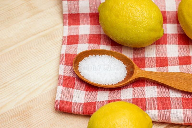 Конец-вверх лимонной кислоты в деревянной ложке стоковая фотография rf