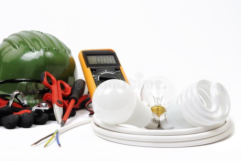 Конец-вверх инструментов деятельности и компоненты электрической системы на белой предпосылке стоковая фотография