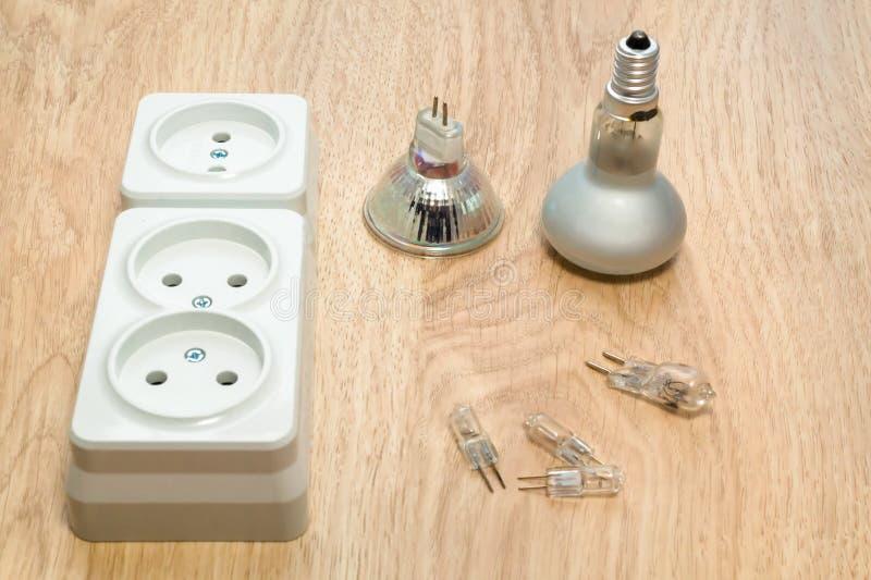 Конец-вверх инструментов и электротехнического оборудования работы на деревянном столе стоковое фото rf
