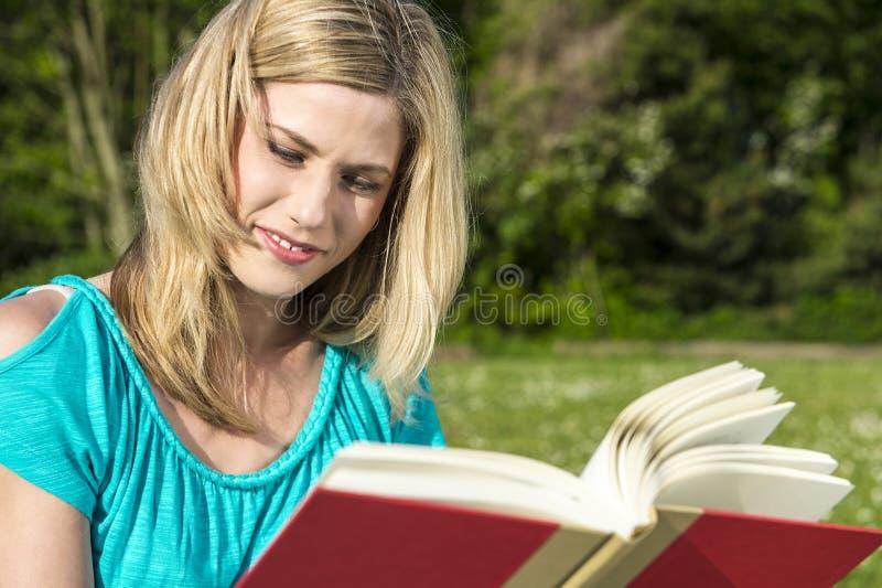 Конец-вверх книги чтения женщины стоковая фотография rf