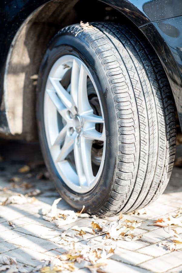 Конец-вверх колеса автомобиля стоковая фотография rf