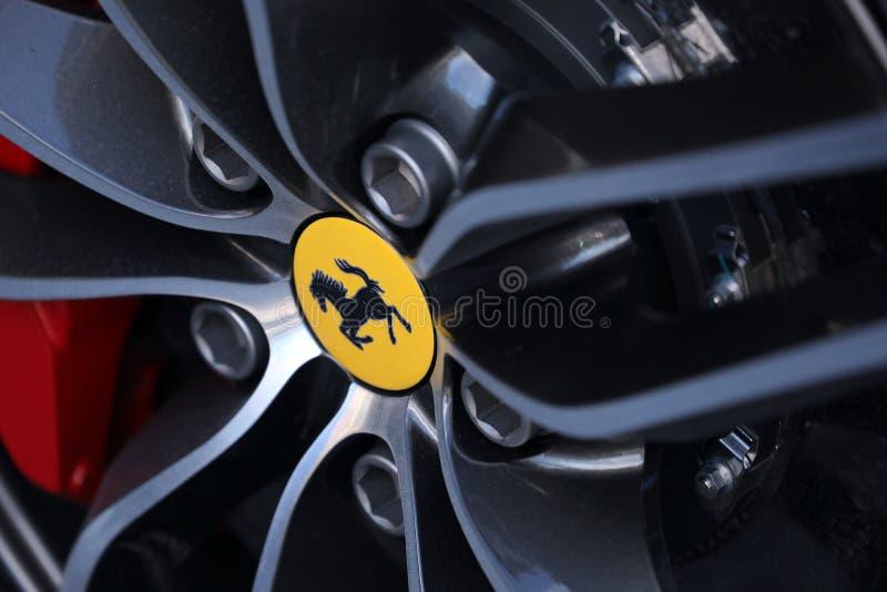 Конец-вверх колеса суперкара Феррари стоковая фотография rf
