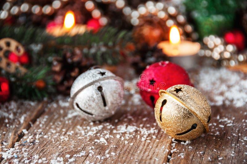 Конец-вверх колоколов звона звезды абстрактной картины конструкции украшения рождества предпосылки темной красные белые стоковая фотография