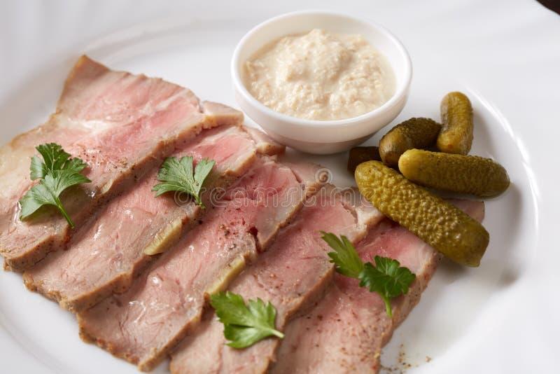 Конец-вверх копченого мяса с соусом и соленьями стоковое изображение rf