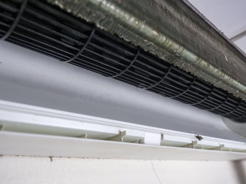 Конец вверх, который извлекли крышки кондиционера воздуха и очищенного squirre стоковая фотография rf