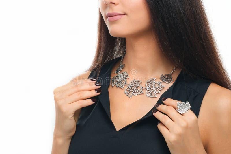 Конец-вверх красивой женщины нося роскошные серебряные украшения шея стоковая фотография rf