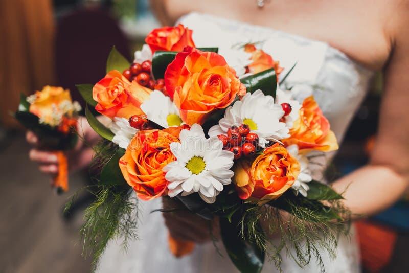 Конец-вверх красочного букета свадьбы на невесте стоковые изображения