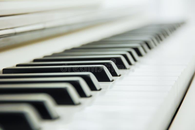 Конец-вверх клавиатуры рояля центризовал на Ab с множеством белого sp стоковые фотографии rf
