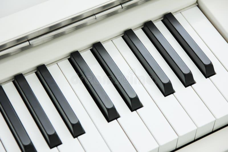 Конец-вверх клавиатуры рояля центризовал на Ab с множеством белого sp стоковое изображение
