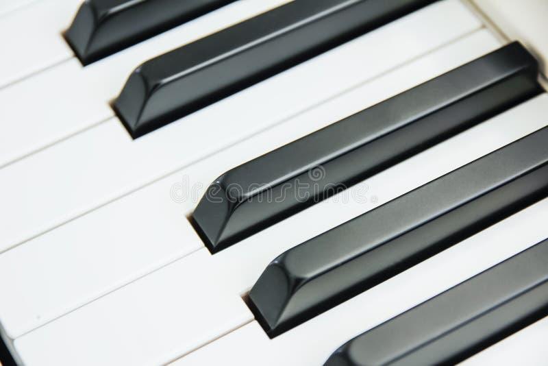 Конец-вверх клавиатуры рояля центризовал на Ab с множеством белого sp стоковое изображение rf