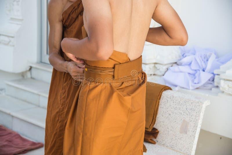 Конец-вверх к заново предопределянному буддийскому монаху молит с proces священника стоковое фото rf
