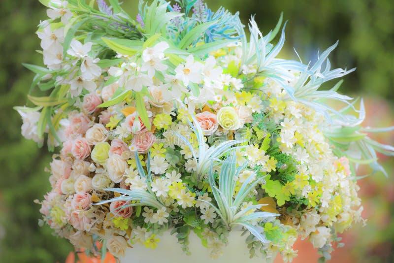 Конец-вверх к красочному цветка в нерезкости движения ветра стоковые фото