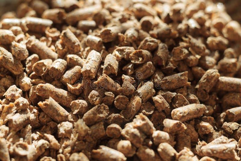 Конец-вверх лепешки топлива деревянный Источник альтернативной экологически чистой энергии Много лепешка Естественные топливо и э стоковое изображение rf