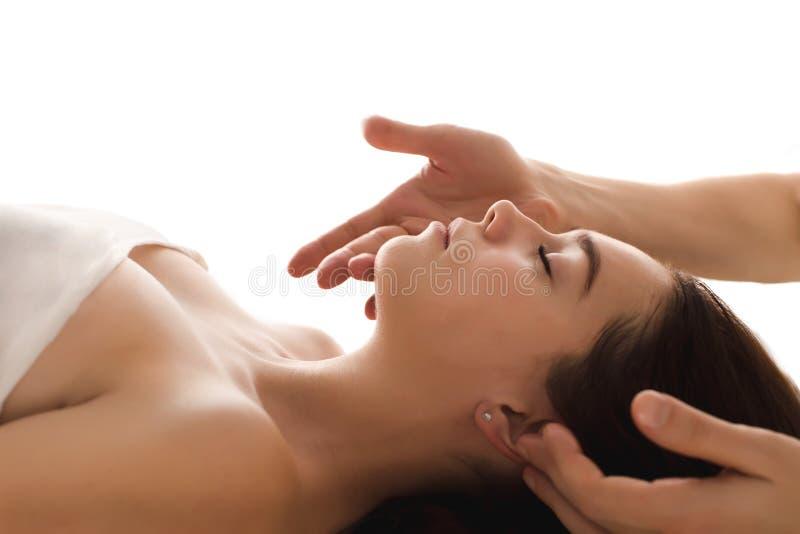 Конец-вверх массажа стороны женщины в курорте стоковые изображения rf