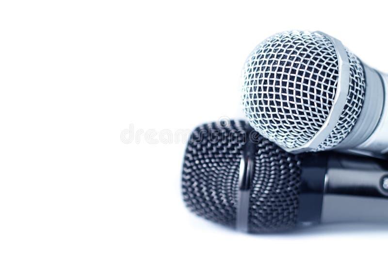 Конец-вверх 2 микрофонов на белой предпосылке с космосом экземпляра, выборочным фокусом стоковое изображение