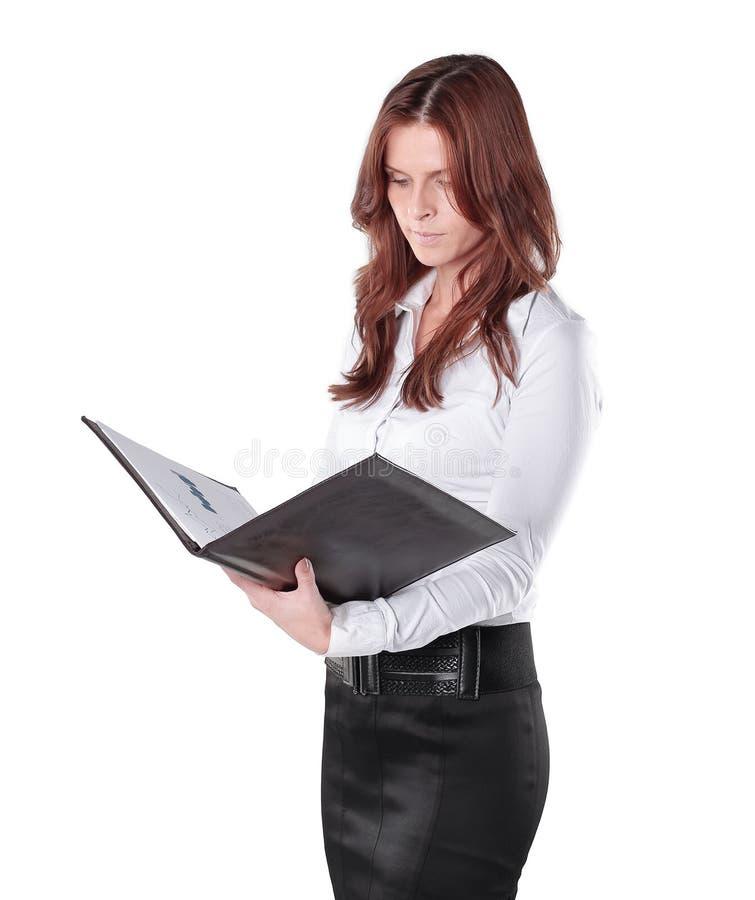 Конец-вверх молодой бизнес-леди при доска сзажимом для бумаги изолированная на белизне стоковые фото